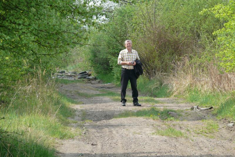 Ludvík před vchodem na pozemek